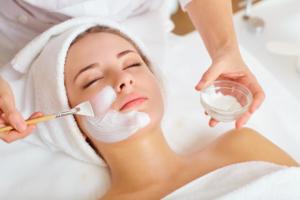 mujer recibe un tratamiento de belleza facial en un salon de belleza