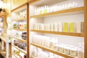 Estantería de productos de cosmética