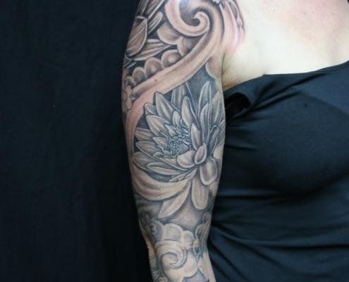 chica con tatuaje grande en el brazo