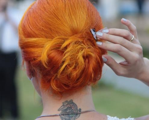 chica pelirroja con tatuaje en la nuca